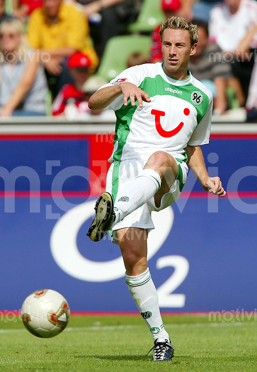 FUSSBALL Bundesliga Saison 2003/2004 Jan SIMAK, Einzelaktion am Ball Hannover 96