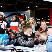 Nederland, Amsterdam , 6 april 2013..Scholieren gaan 'speeddaten' om de juiste middelbare school te vinden, nadat ze voor hun eerste keus zijn afgewezen. Van 12.00 tot 13.30 uur zijn de leerlingen met vmbo-advies aan de beurt, vanaf 13.30 uur de leerlingen met havo/vwo-advies. Dit alles in de Montesorieschool aan de Polderweg..Op de foto een tafel met een scholier met havo/vwo advies tijdens het speeddaten..Foto:Jean-Pierre Jans