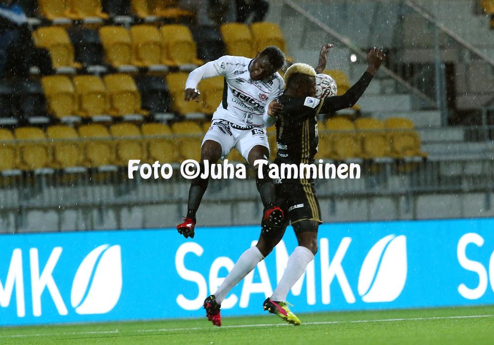 5.4.2017, OmaSP Stadion, Sein&auml;joki.<br /> Veikkausliiga 2017.<br /> Sein&auml;joen Jalkapallokerho - FC Lahti.<br /> Hassan Sesay (FC Lahti) v Aristote Mboma (SJK).