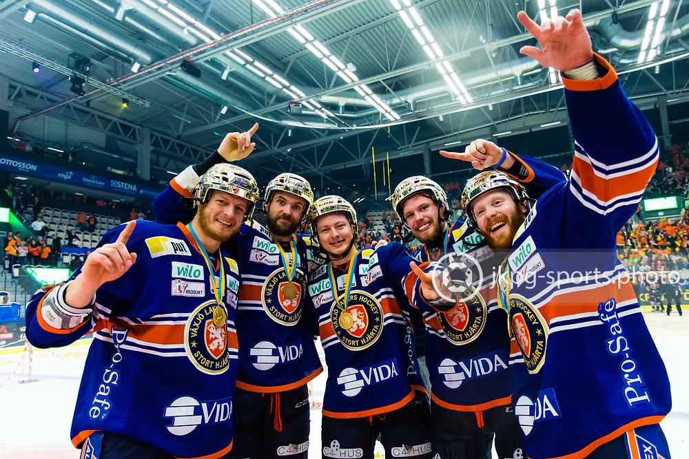 150423 Ishockey, SM-Final, V&auml;xj&ouml; - Skellefte&aring;<br /> Bibelstudiegruppen med Teemu Laakso, V&auml;xj&ouml; Lakers Hockey, Noah Welch, Rhett Rakhshani, Nick Johnson och Liam Reddox jublar och g&ouml;r &quot;one way&quot; tecknet.<br /> &copy; Daniel Malmberg/All Over Press