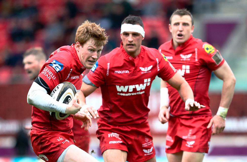 Scarlets' Rhys Patchell spots the gap <br /> <br /> Photographer Simon King/Replay Images<br /> <br /> Guinness PRO14 Round 19 - Scarlets v Glasgow Warriors - Saturday 7th April 2018 - Parc Y Scarlets - Llanelli<br /> <br /> World Copyright © Replay Images . All rights reserved. info@replayimages.co.uk - http://replayimages.co.uk