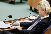 Nederland. Den Haag, 26 oktober 2010.<br /> De Tweede Kamer debatteert over de regeringsverklaring van het kabinet Rutte.<br /> Geert Wilders doodt de tijd met het inkleuren van zijn zelf vervaardigde vormen op papier.<br /> Kabinet Rutte, regeringsverklaring, tweede kamer, politiek, democratie. regeerakkoord, gedoogsteun, minderheidskabinet, eerste kabinet Rutte, Rutte1, Rutte I, debat, parlement<br /> Foto Martijn Beekman