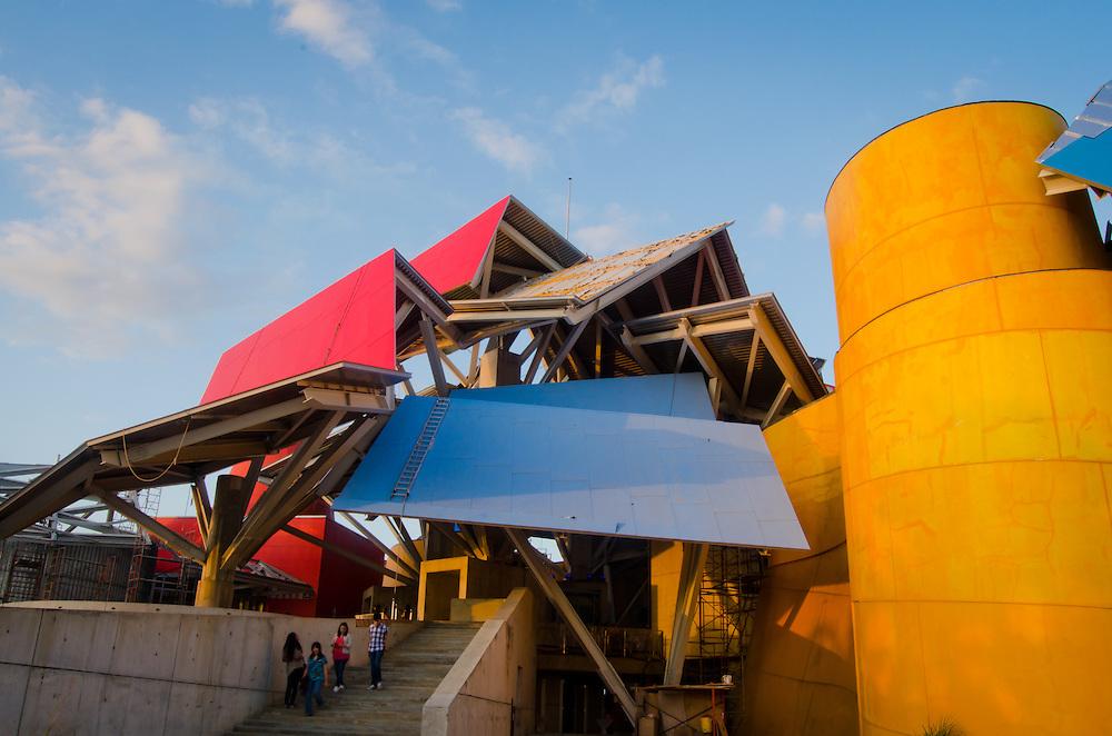 BIOMUSEO - Designed by Frank Gehry - La noche de las mil luces.<br /> Amador, Panama 29-01-2013<br /> Photography by Aaron Sosa<br /> <br /> El edificio Puente de Vida est&aacute; localizado en el &aacute;rea de Amador de la Ciudad de Panam&aacute;, en la punta de un causeway en la entrada Pac&iacute;fica del Canal de Panam&aacute;. &Eacute;sta localizaci&oacute;n privilegiada est&aacute; a pocas cuadras del principal puerto de cruceros en Panam&aacute;, y est&aacute; a minutos del Parque Nacional Soberan&iacute;a, un suntuoso bosque lluvioso inmediatamente adyacente a la Ciudad de Panam&aacute;.<br /> <br /> &Eacute;sta &aacute;rea es rica en historia; estaba originalmente compuesta por una serie de islas que fueron unidas por un causeway, creado por rocas dragadas durante la construcci&oacute;n del Canal de Panam&aacute;. El Instituto de Investigaciones Tropicales del Smithsonian (STRI) tiene un centro de investigaciones marinas en una de las islas, y hay una hermosa marina, adem&aacute;s de tiendas y restaurantes. Un nuevo centro de convenciones, terminado de construir en el 2002, fue la sede del concurso Miss Universo 2003.<br /> <br /> Amador ofrece a los visitantes a Panam&aacute; una oportunidad &uacute;nica de experimentar lo mejor que el pa&iacute;s tiene para ofrecer. Con la creaci&oacute;n del museo Puente de Vida, tambi&eacute;n va a ofrecer un vistazo de la rica vida natural que hay en Panam&aacute;.