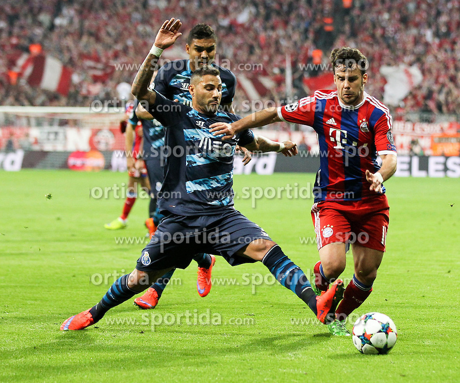 21.04.2015, Allianz Arena, Muenchen, GER, UEFA CL, FC Bayern Muenchen vs FC Porto, im Bild l-r: im Zweikampf, Aktion, mit Ricardo Quaresma #7 (FC Porto) und Juan Bernat #18 (FC Bayern Muenchen) // during the UEFA Semi Final 2nd Leg Match between FC Bayern Munich and FC Porto at the Allianz Arena in Muenchen, Germany on 2015/04/21. EXPA Pictures &copy; 2015, PhotoCredit: EXPA/ Eibner-Pressefoto/ Kolbert<br /> <br /> *****ATTENTION - OUT of GER*****