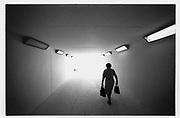 Unterführung, passage souterrain vierge, sans graffitis. Ältere Frau in einer Unterführung. Poeple in public places. © Romano P. Riedo