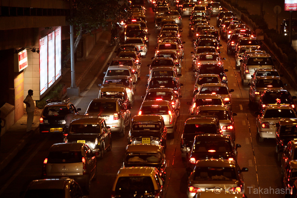 Traffic crawl on Marine Drive in Mumbai, India on Friday, December 4, 2009. Air pollution in India exceeds that of China as diesel fuel subsidies encourage ownership of polluting vehicles. (Photo by Kuni Takahashi)