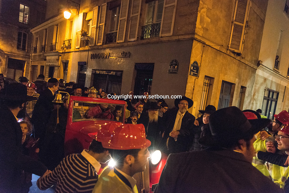 France. Paris. 4th district. Rue des rosiers.  pourim jewish tradition  ,lubavitch students from the yechiva Tom'hei Temimim , religious school of brunoy. asking jewish people to wear tefilin .dancing in the street