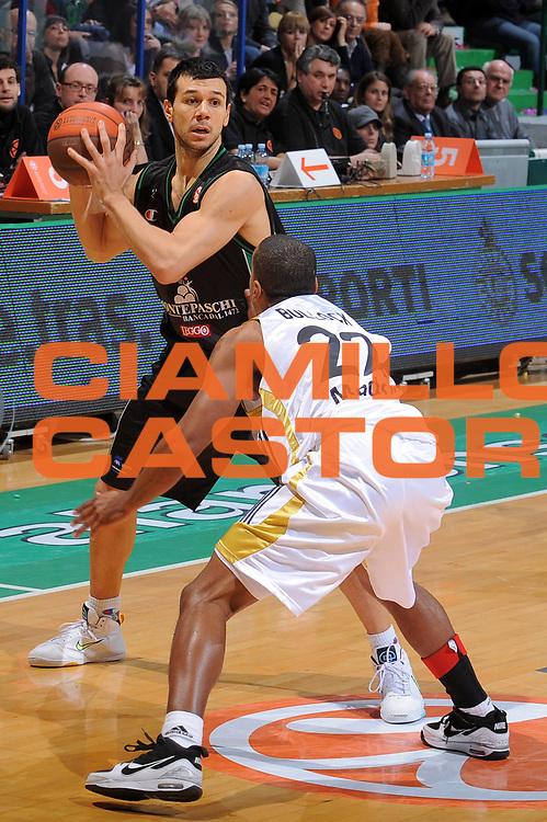 DESCRIZIONE : Siena Eurolega 2009-10 Top 16 Montepaschi Siena Real Madrid<br /> GIOCATORE : Marco Carraretto<br /> SQUADRA : Montepaschi Siena <br /> EVENTO : Eurolega 2009-2010<br /> GARA : Montepaschi Siena Real Madrid<br /> DATA : 11/02/2010 <br /> CATEGORIA : Palleggio<br /> SPORT : Pallacanestro <br /> AUTORE : Agenzia Ciamillo-Castoria/G.Vannicelli<br /> Galleria : Eurolega 2009-2010 <br /> Fotonotizia : Siena Eurolega 2009-10 Top 16 Montepaschi Siena Real Madrid<br /> Predefinita :