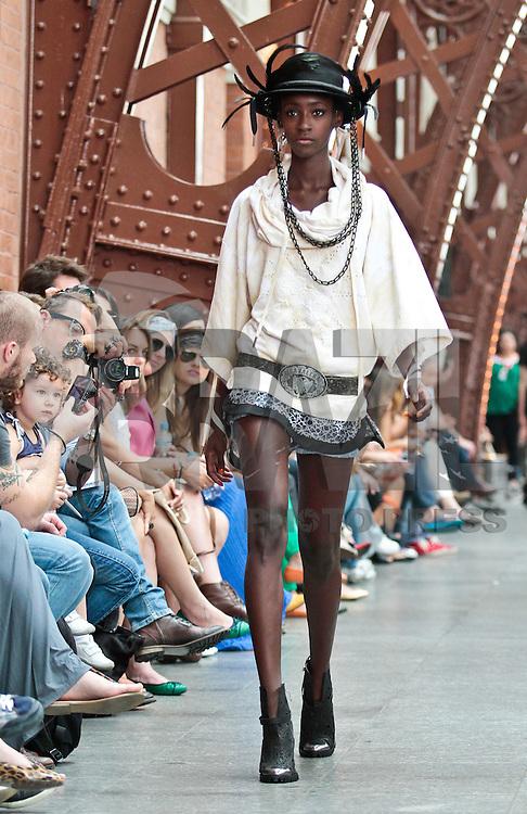 SAO PAULO, SP, 22 DE JANEIRO DE 2012 - SPFW DESFILE CAVALERA - Modelo durante desfile da grife Cavalera, no quarto dia da Sao Paulo Fashion Week (SPFW), colecao outono/inverno 2012, na Bienal do Ibirapuera na regiao sul da capital paulista neste sabado. (FOTO: VANESSA CARVALHO - NEWS FREE).