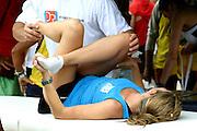 Belo Horizonte_MG, Brasil...Volta Internacional da Pampulha, uma corrida internacional ao redor da Lagoa da Pampulha, com trajeto de 18KM. Na foto uma atleta passando mal...Pampulha Lagoon International Race, the course is about 18k long. In this photo, a athlete...Foto: LEO DRUMOND / NITRO