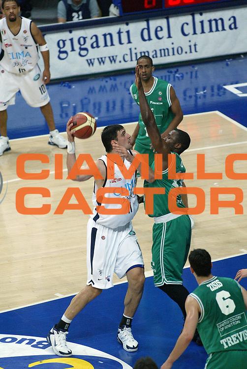 DESCRIZIONE : Bologna Lega A1 2005-06 Play Off Finale Gara 1 Climamio Fortitudo Bologna Benetton Treviso <br /> GIOCATORE : Bagaric <br /> SQUADRA : Climamio Fortitudo Bologna <br /> EVENTO : Campionato Lega A1 2005-2006 Play Off Finale Gara 1 <br /> GARA : Climamio Fortitudo Bologna Benetton Treviso <br /> DATA : 14/06/2006 <br /> CATEGORIA : Tiro <br /> SPORT : Pallacanestro <br /> AUTORE : Agenzia Ciamillo-Castoria/M.Minarelli <br /> Galleria : Lega Basket A1 2005-2006 <br /> Fotonotizia : Bologna Campionato Italiano Lega A1 2005-2006 Play Off Finale Gara 1 Climamio Fortitudo Bologna Benetton Treviso <br /> Predefinita :