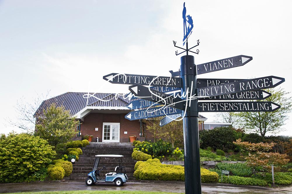 WILNIS - wegwijzer met clubhuis. Golfbaan Golfpark Wilnis. COPYRIGHT KOEN SUYK