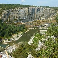 EN> The canyon of the Cirque des Gens in the Ardeche, France |<br /> SP> El cañón del Cirque des Gens en el río Ardeche, Francia