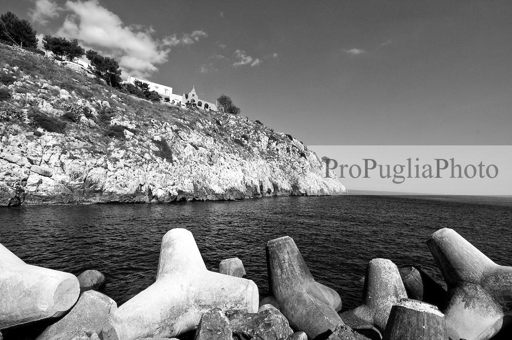 Castro Marina - Salento - Puglia - Porto di Castro Marina. In primo piano i frangiflutti in cemento che roteggono il porto nei giorni di tempesta.