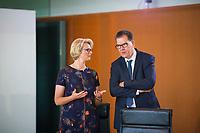 DEU, Deutschland, Germany, Berlin, 30.05.2018: Bundesbildungsministerin Anja Karliczek (CDU) und Bundesentwicklungshilfeminister Gerd Müller (CSU) vor Beginn der 11. Kabinettsitzung im Bundeskanzleramt.