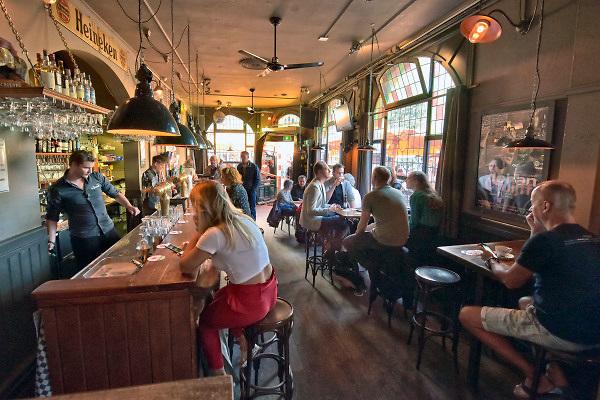 Nederland, Nijmegen, 7-9-2018Cafe's in Nijmegen. Exterieur De Plak, de Tempelier en de Grote Markt.Foto: Flip Franssen