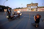 DEU, Germany, West-Berlin, the Brandenburg Gate, Berlin Wall, woman photographs two men.....DEU, Deutschland, Westberlin, das Brandenburger Tor, Berliner Mauer, Frau macht Fotos von zwei Maennern...1988