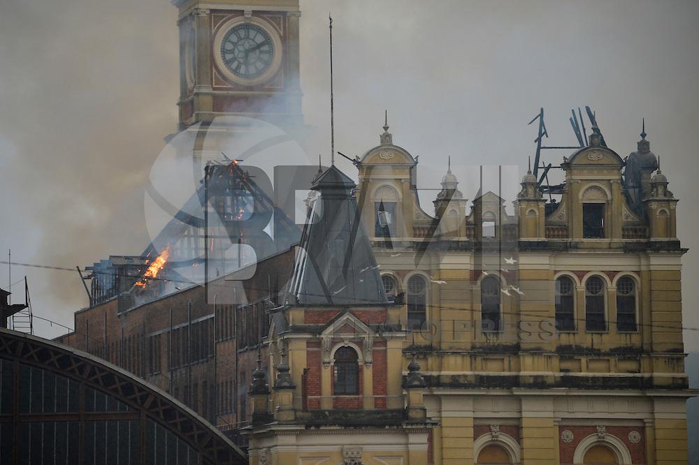 SÃO PAULO, SP, 21.12.2015 - INCÊNDIO-SP - Um incêndio atinge o Museu da Língua Portuguesa na estação da Luz no centro da cidade de São Paulo na tarde desta segunda-feira, 21. (Foto: Levi Bianco/Brazil Photo Press)