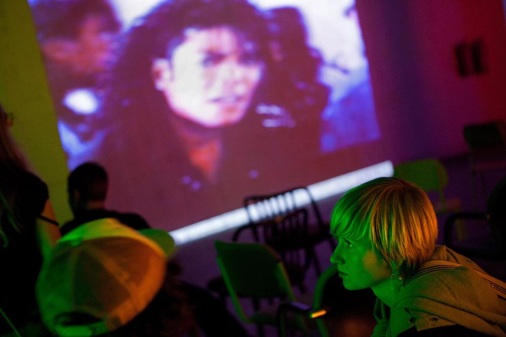 Besucher der MeetFactory im Prager Stadtteil Smichov betrachten eine Projektion im Rahmen einer Abendveranstaltung mit Kunst und Live Musik.