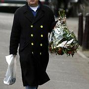 NLD/Amsterdam/20061220 - Cabaratier Youp van 't Hek met bloemen wandelend op de gracht