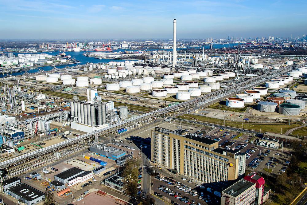 Nederland, Zuid-Holland, Rotterdam, 18-02-2015. Vondelingenplaat, Shell Pernis, de grootste raffinaderij van Europa. Op het terrein bevinden zich ook chemische fabrieken <br /> Shell Pernis, the largest refinery in Europe, the site includes several chemical plants.<br /> luchtfoto (toeslag op standard tarieven);<br /> aerial photo (additional fee required);<br /> copyright foto/photo Siebe Swart
