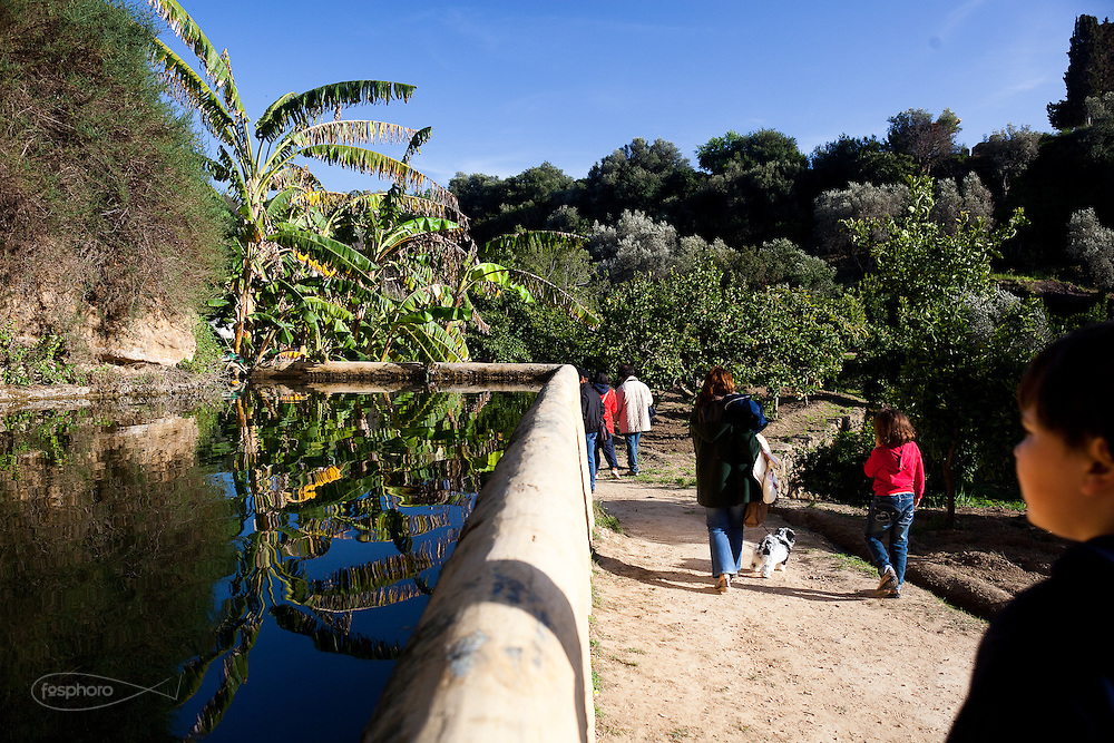 Agrigento, Visitatori al Giardino della Kolymbetra. Proprietà FAI.  ©2012 Vince Cammarata   FOS
