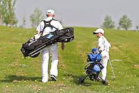 ZAANDAM - Open Golfdagen op de Zaanse Golf Club. De 8jaar oude Noa Robinson laat zijn ouders en grootouders het golfspel zien. FOTO KOEN SUYK