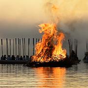 Med hjälp av pilar skjutna från kyrbåtarna sköts bålet i brand.