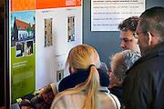 Nederland, Wijchen, 14-2-2009Woningbouwvereniging Talis presenteert het nieuwbouwplan Huurlingsedam met huurwoningen en koopwoningen. De belangstelling is ondanks de sombere beeldvorming van de economie erg groot. De koophuizen worden onder aantrekkelijke voorwaarden verkocht. De mensen kunnen zich voor deze woningen inschrijven, waarbij de standaardeisen voor toewijzing gebruikt worden. De koophuizen worden verkocht via een makelaar.Foto: Flip Franssen/Hollandse Hoogte