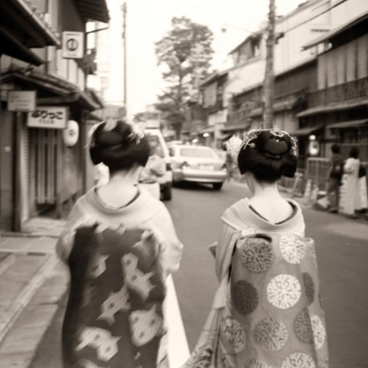 Deux Geisha marchent dans Gion, Kyoto
