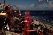 Night sail - Corwith Cramer is a 134-foot steel brigantine built as a research vessel for operation under sail. Sargasso Sea, Bermuda   Nachts wird nur gedimmtes rotes licht an Deck verwendet, um die Augen sich an die dunkelheit gewöhnen zu lassen. Der Forschungssegler Corwith Cramer durchquert im April 2014 die Sargasso See von Puerto Rico kommend bis zu den Bermuda Inseln.