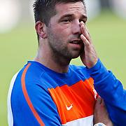 NLD/Katwijk/20100809 - Training van het Nederlands elftal, Theo Janssen met magneetbandje