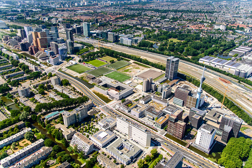 Nederland, Noord-Holland, Amsterdam-Zuid, 29-06-2018; Zuidas en toekomstig Zuidasdok, Ringweg Zuid of Ring A10-Zuid. Gezien vanuit het Oosten, vanaf station Amsterdam Rai. Kantoortorens van EY, naast de tv zendmast de kraan voor nieuwbouw voor Europees Medicijn Agentschap (EMA). De Boelelaan parallel aan de A10.<br /> Beginning of the Zuid-as, 'South axis', financial center in the South of Amsterdam.<br /> <br /> luchtfoto (toeslag op standard tarieven);<br /> aerial photo (additional fee required);<br /> copyright foto/photo Siebe Swart