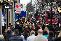 © Licensed to London News Pictures. 21/12/2016. London, UK. Crowds of people Christmas shopping in Oxford street in London, during the last week before Christmas. Photo credit : Vickie Flores/LNP