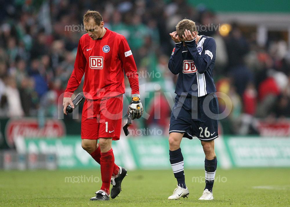 FUSSBALL   1. BUNDESLIGA   SAISON 2007/2008  10. SPIELTAG SV Werder Bremen - Hertha BSC Berlin             Torwart Jaroslav DROBNY (li) und Lukasz PISZCZEK (re, beide Berlin) sind nach dem Abpfiff enttaeuscht