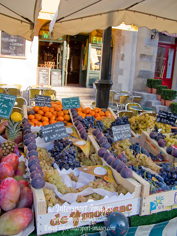 Rennes, FRANCE, Fresh Fruit produce, Grapes, Mangos, Figs Oranges and lemons, on display at the Saturday Morning Market,  Brittany.  Saturday  26/09/2009   [Mandatory Credit Peter Spurrier Intersport Images] Street Photo.