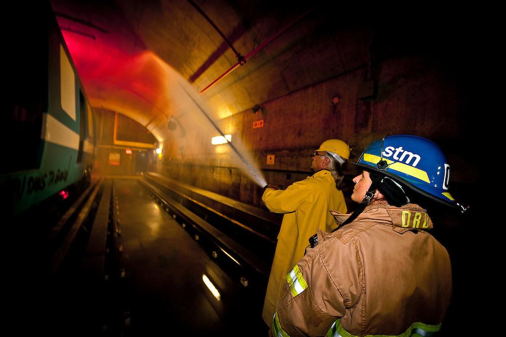 Les formateurs pompiers Richard Gilbert et Annie Croteau effectuent une simulation d'urgence au centre de formation des pompiers du métro..© Caroline Hayeur/Agence Stock Photo