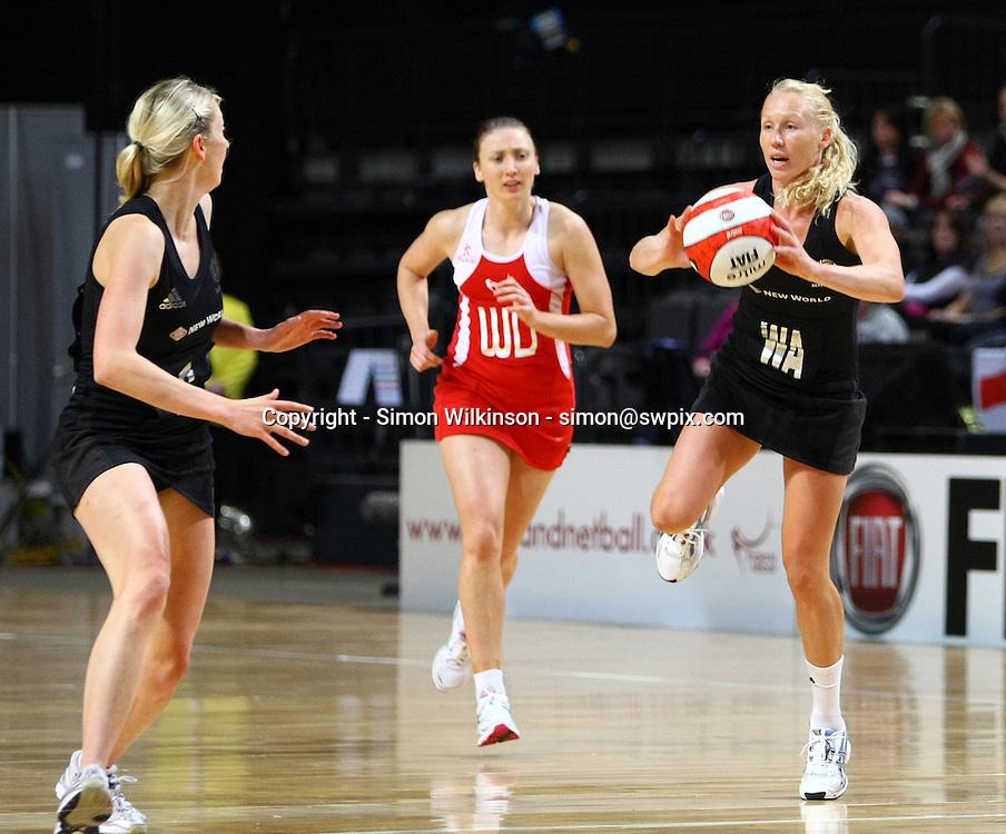 PICTURE BY VAUGHN RIDLEY/SWPIX.COM...Netball - International Netball Series - England v New Zealand - MEN Arena, Manchester, England - 15/01/11...New Zealand's Laura Langman (R).