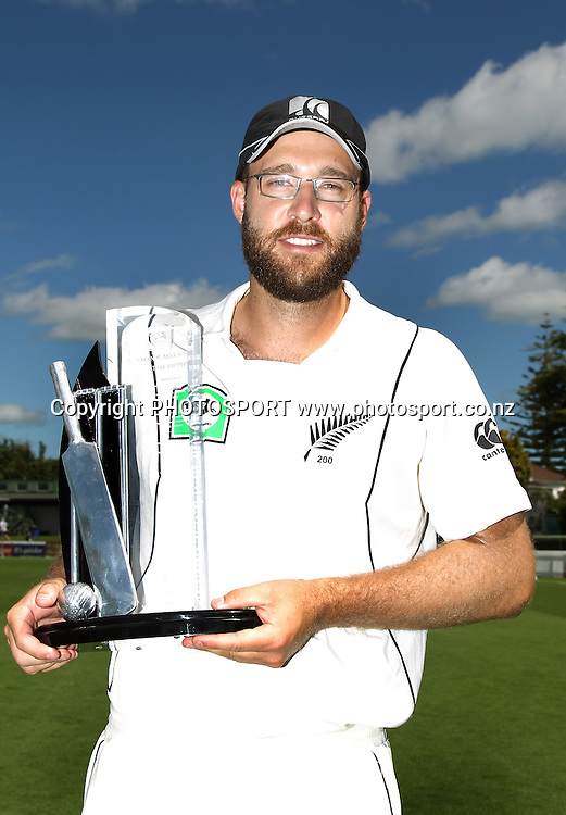 The New Zealand captain Daniel Vettori poses with the National Bank Trophy after defeating Bangladesh.<br />