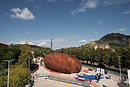 Napoli, Italia - E' stata inaugurata l&rsquo;opera di Anish Kapoor all&rsquo;ingresso della metro di Monte Sant&rsquo;Angelo. La megascultura &egrave; un imbuto rovesciato e profondo che, a partire da marzo 2019, &ldquo;ingoier&agrave;&rdquo; i viaggiatori che prenderanno la metropolitana dal campus universitario. La stazione sar&agrave; operativa non prima di due anni. I pezzi della scultura di Kapoor sono stati per anni &quot;abbandonati&quot; sulla banchina del porto di Pozzuoli tanto che l'artista ha minacciato di fare causa alla Regione Campania e di riprendersi l'opera.<br /> Ph. Roberto Salomone