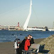 Nederland, Rotterdam, 7 maart 2011 20110307 .Stadsgezicht, vrouw geniet van het voorjaarszonnetje aan de river de Maas. Op de achtergrond de Erasmusbrug.  The Netherlands, dutch, Pays Bas, Europe ..Foto: David Rozing