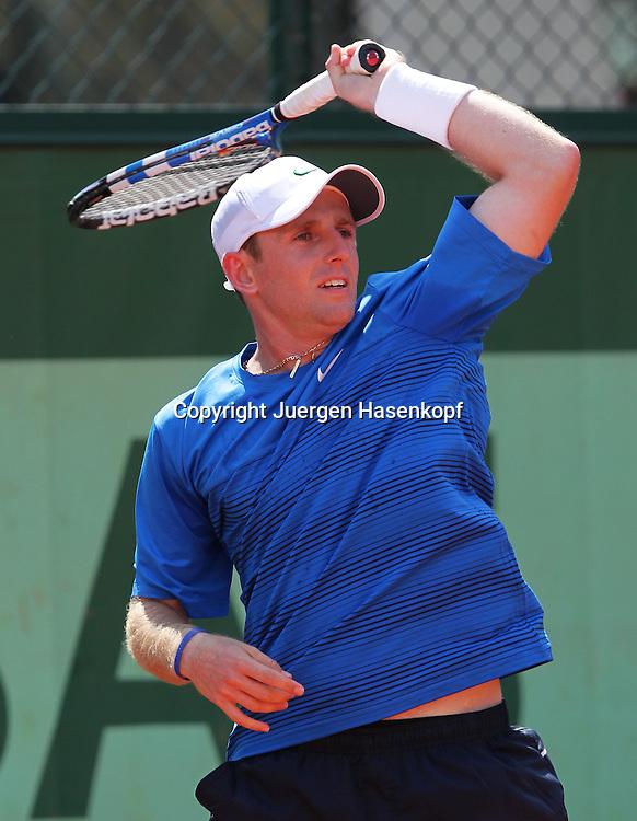 French Open 2011, Roland Garros,Paris,ITF Grand Slam Tennis Tournament , Jesse Levine (USA), Aktion,Einzelbild,Halbkoerper,Hochformat,