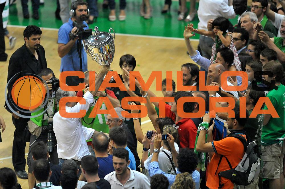 DESCRIZIONE : Siena Lega A 2011-12 Montepaschi Siena EA7 Emporio Armani Milano Finale scudetto gara 5<br /> GIOCATORE : Ferdinando Minucci<br /> CATEGORIA :  Esultanza<br /> SQUADRA : Montepaschi Siena<br /> EVENTO : Campionato Lega A 2011-2012 Finale scudetto gara 5<br /> GARA : Montepaschi Siena EA7 Emporio Armani Milano<br /> DATA : 17/06/2012<br /> SPORT : Pallacanestro <br /> AUTORE : Agenzia Ciamillo-Castoria/V.Tasco<br /> Galleria : Lega Basket A 2011-2012  <br /> Fotonotizia : Siena Lega A 2011-12 Montepaschi Siena EA7 Emporio Armani Milano Finale scudetto gara 5<br /> Predefinita :