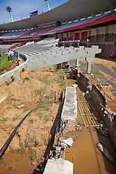 Obras no Estádio Beira Rio para remodelagem atendendo as exigências da FIFA para a Copa do Mundo de Futebol 2014. O Estádio José Pinheiro Borda, também conhecido como Gigante da Beira-Rio é o estádio do clube de futebol Sport Club Internacional e está localizado às margens do Rio Guaíba, em Porto Alegre. Seu nome oficial é uma homenagem a um cidadão português que durante muitos anos comandou as obras de construção do estádio, morrendo antes que fossem terminadas. Atualmente, é o terceiro maior estádio particular do país e será o maior quando forem terminadas as obras de reforma e ampliação das arquibancadas, em andamento para 60.000 torcedores. FOTO: Jefferson Bernardes/Preview.com