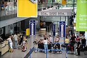 Duitsland, Weeze, 25-6-2009Vlak over de grens bij Nijmegen ligt het regionaal vliegveld Niederrhein, Weeze, wat sinds zes jaar uitgegroeid is tot een belangrijke regionale luchthaven en als thuisbasis fungeert voor prijsvechter chartermaatschappij Ryanair. In Bergen N-Limburg klaagt men over geluidsoverlast. In de regio bevindt zich ook vliegveld Dusseldorf. Naast passagiersvervoer wordt er veel luchtvracht vervoerd. Op de foto de aankomst en vertrek hal met de incheckbalie. Economie, ekonomie, grensstreek, Foto: Flip Franssen/Hollandse Hoogte