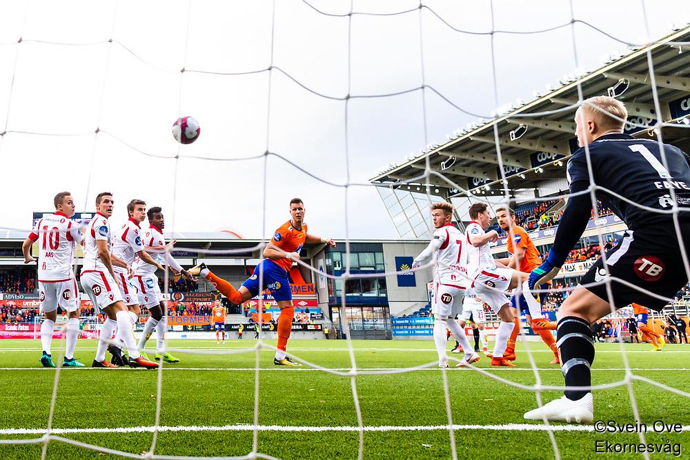 1. divisjon fotball 2018: Aalesund - Levanger (4-0). Aalesunds Holmbert Fridjonsson (bak i midten) header inn 2-0 forbi keeper Julian Faye Lund i kampen i 1. divisjon i fotball mellom Aalesund og Levanger på Color Line Stadion.