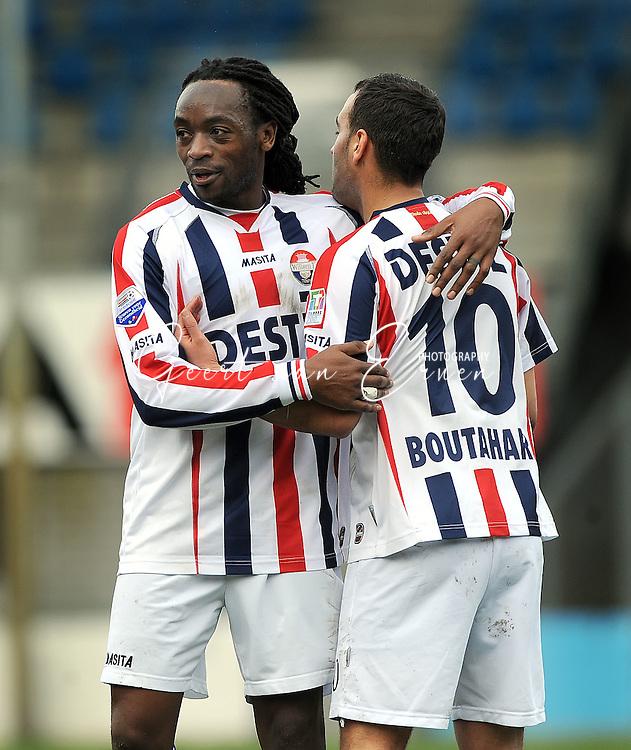 27-03-2009 Voetbal:Willem II:RSC Anderlecht:Tilburg<br /> Kiki Musampa feliciteert Said Boutahar na zijn tweede doelpunt<br /> Foto: Geert van Erven