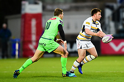 Duncan Weir of Worcester Warriors is marked by Colin Slade of Pau - Mandatory by-line: Ryan Hiscott/JMP - 15/12/2018 - RUGBY - Sixways Stadium - Worcester, England - Worcester Warriors v Pau - European Rugby Challenge Cup