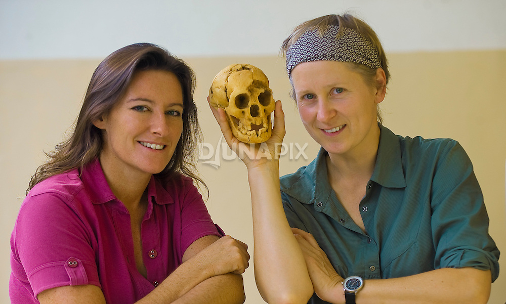 Ines Possemeyer and Djuna Ivereigh with a skull cast of the Flores hobbit, LB1