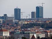 Im Vordergrund Häuser am Moldau Ufer in der Prager Innenstadt - im Hintergrund der Bau von Hochhäusern im Stadtteil Pankrac. <br /> <br /> In front old houses at the Vltava river - in the back skyscraper contructions at the Prague quater Pankrac .